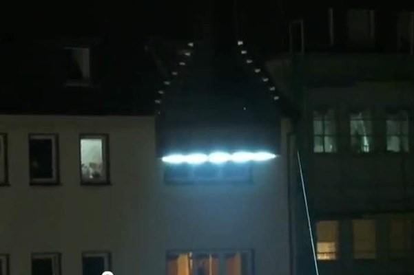 Latarka zamontowano przy oknach kamienic w Solingen.