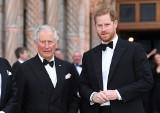 Książę Harry jest już w Londynie. W sobotę pójdzie z bratem Williamem za trumną księcia Filipa