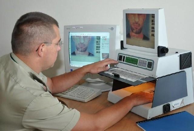 Straż Graniczna dysponuje nowoczesnymi urządzenia do kontroli dokumentów podróżnych.