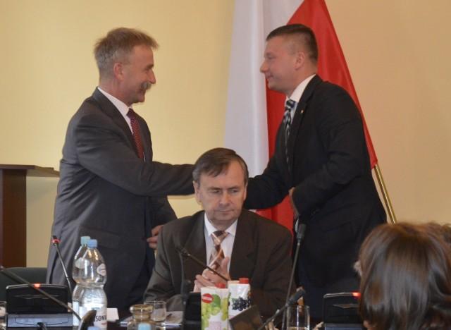 Krzysztof Kaliński (z lewej) odbiera gratulacje od szefa rady Miachała Trzoski po przyjęciu budżetu Łowicza na 2016 rok