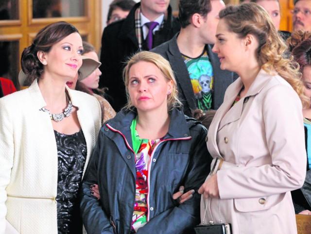 """Serial """"Przyjaciółki"""": Anka (w środku) przyszła pijana na ślub Patrycji i Michała..."""