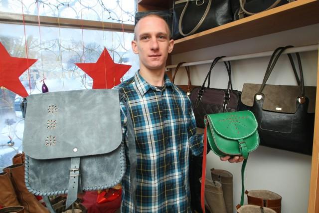 Patryk Puzio projektuje i własnoręcznie robi skórzane torebki własnego projektu oraz według pomysłów klientów.