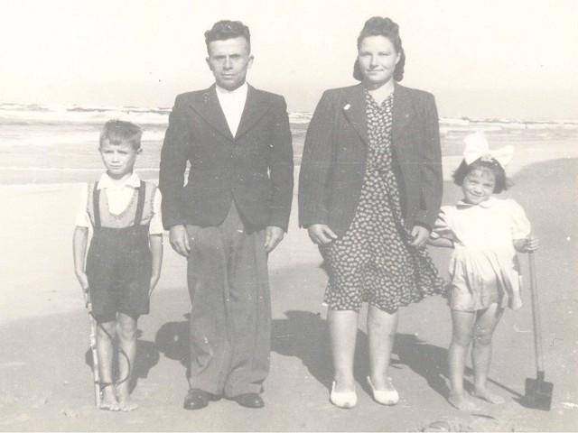Antoni i Amelia Sokólscy z dziećmi Ryszardem i Ireną, Łeba 1947 rok.