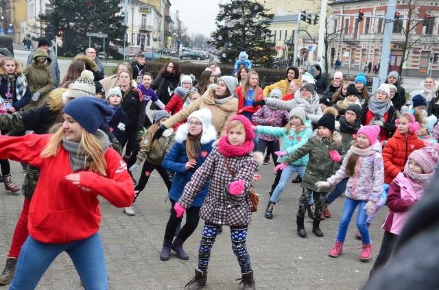 W pulsującym rytmie serca miasta zachęcały tancerki ze Szkoły Tańca Puls do wspólnej zabawy na pl. Wolności. Chętnych do obejrzenia pokazów było wielu. Zebrali się wśród militariów i ładnych ozdób świątecznych. Do tego była gorąca herbata i domowej roboty ciasteczka.