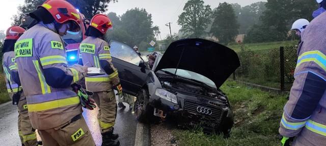 Audi uderzyło w przepust i dachowało na poboczu. Do zdarzenia doszło 5 sierpnia 2021 w Krakuszowicach (gmina Gdów). Kierowca samochodu został ukarany mandatem