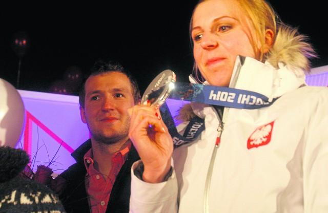 Natalia Czerwonka nie kryła wzruszenia z powitania, jakie zgotowano jej w Lubinie. W tle brat - Rafał