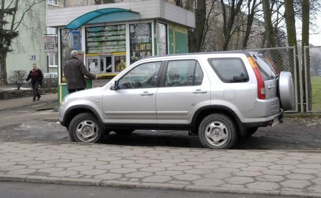 Samochód nieprawidłowo parkujący przy ul. Zygmunta Augusta.