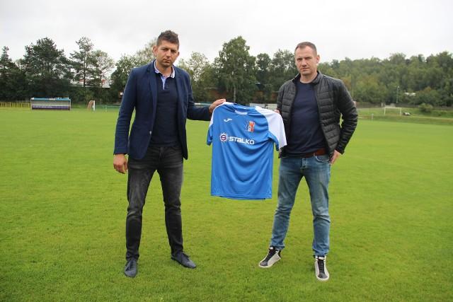 Wierna Małogoszcz podpisała umowy z nowymi sponsorami. Z lewej trener Paweł Bień.
