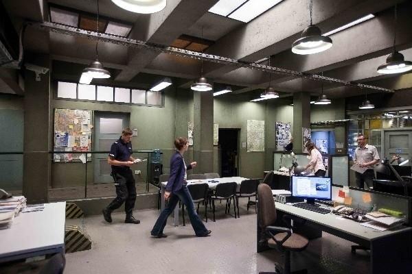 W halach zdjęciowych Opus Film wybudowano komisariat, w którym znajdują się także laboratoria kryminalistyczne.