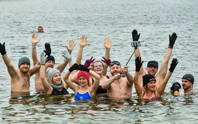 Morsy z Bydgoszczy jak co niedzielę w samo południe zebrały się na plaży w Pieckach. Pomimo silnego wiatru była tradycyjna kąpiel w Jeziorze Jezuickim i dobra zabawa. Na kolejnych stronach zdjęcia z kąpieli oraz spotkania na plaży>>>
