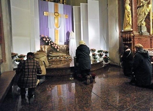 Adoracja przy Bożym Grobie będzie możliwa tylko w Wielką Sobotę z udziałem nie więcej niż 5 osób jednocześnie.