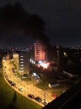 Kraków. Nocny pożar przy ulicy Prądnickiej. Zapalił się drewniany budynek