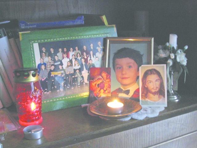 Rodzice Patryka na segmencie ustawili poświęcony pamięci syna ołtarzyk. Ciągle czują jego obecność.
