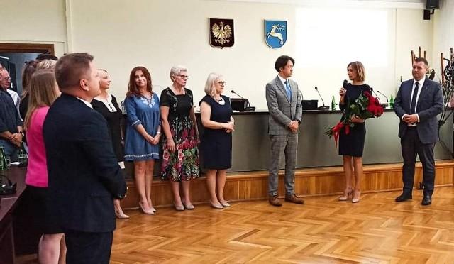 Piotr Kozłowski, burmistrz Kozienic (w środku) otrzymał absolutorium oraz wotum zaufania na ostatniej sesji Rady Miasta.