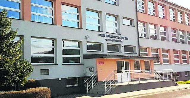 Suskie Liceum Ogólnokształcące im. Marii Skłodowskiej-Curie. To tu pracował ksiądz, do którego młodzież miała zarzuty