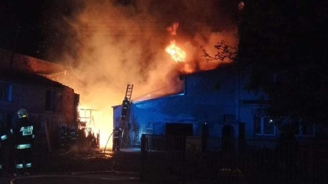 Pożar wybuchł w budynku gospodarczym w miejscowości Lipka, leżącej na terenie powiatu nowosolskiego. Pożar był groźny, zagrażał okolicznym zabudowaniom. Do walki z ogniem skierowano 11 zastępów strażaków.Pożar pojawił się w środku nocy. Wybuchł w jednym z budynków gospodarczych. Strażacy dogaszali pogorzelisko do godzin porannych. Z budynku zostały praktycznie same ściany. Na miejscu, poza strażakami, pracowali też policjanci oraz pogotowie energetyczne. Trwa ustalanie przyczyn pożaru.Zdjęcia z akcji gaśniczej publikujemy dzięki uprzejmości strażaków z OSP Kargowa.Zobacz też wideo: Wybuch gazu w kamienicy w centrum Częstochowy. Lokatorka z oparzeniami trafiła do szpitala