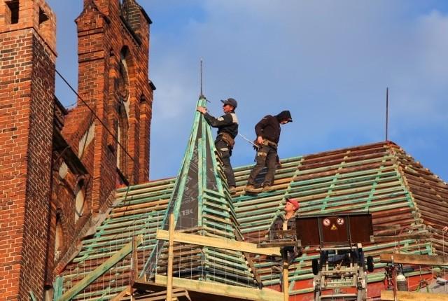 Dotacja z Niemiec pozwoliła na bardzo szybkie wykonanie prac na dachu nad prezbiterium kościoła w Opolu Nowej Wsi Królewskiej. Uchroniło to świątynie od zalewania po każdym większym deszczu.