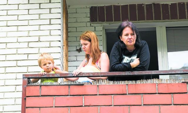 Elżbieta Korol (z prawej) mieszka przy ul. Młynowej 64. Nie chce, by pod jej balkonem biegła dwupasmówka. - Można do nas dojechać od strony ul. Kopernika. To w zupełności wystarcza - uważa.