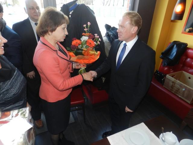 Starosta Małgorzata Tudaj z PO z senatorem Grzegorzem Peczkisem z PiS. Rozmawiają o współpracy.