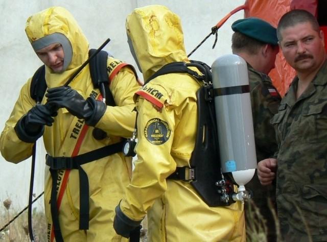 Żołnierze chemicy wyszli już ze strefy skażenia, krótki odpoczynek, uwagi przełożonego i powrót w miejsce składowania śmiertelnie niebezpiecznego iperytu.