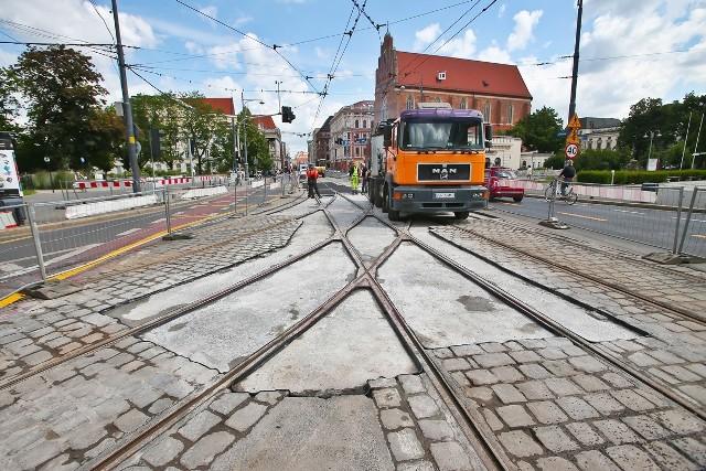 Remont rozjazdu tramwajowego na skrzyżowaniu ulic Świdnickiej i Podwala we Wrocławiu.