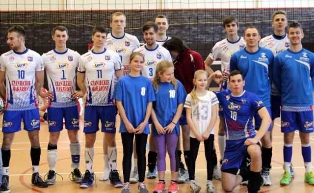 - Bo w nas jest moc - daje wyraźnie do zrozumienia Kacper Ledwoń, libero KPS Kęty (klęczy, pierwszy z prawej) po drugim meczu play-out I ligi siatkarzy, w którym gospodarze pokonali Energę Omis Ostrołęka 3:1 i 3:0.