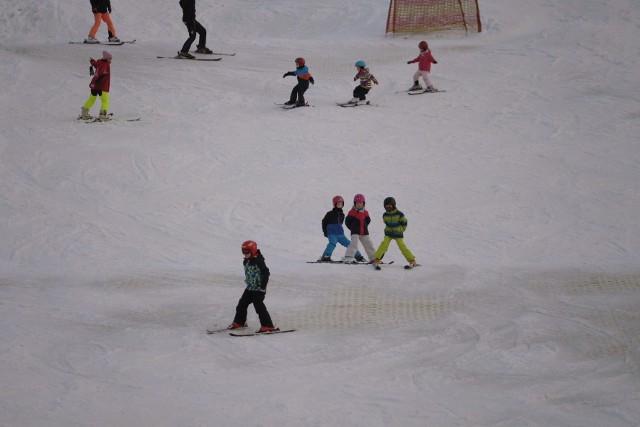 W tym tygodniu w Poznaniu pierwszy raz w tym sezonie spadł śnieg. Chociaż szybko się roztopił, to jednak rozbudził apetyt miłośników sportów zimowych. Na szczęście w Poznaniu jest stok Malta Ski, gdzie dzięki maszynom do produkcji śniegu, jest na czym jeździć. Zobacz zdjęcia ----->