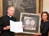 Piękne monety NBP, obiegowa 5-złotowa i kolekcjonerska 50-złotowa, na 700-lecie konsekracji Bazyliki Mariackiej