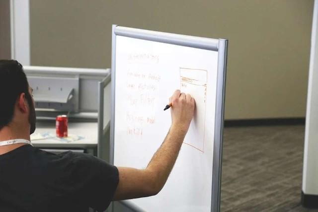 Nauczyciele to jedna z grup zawodowych, która jest najczęściej krytykowana. Etat nauczyciela wynosi 18 godzin przy tablicy i to budzi ogólny sprzeciw. Bo mają za długie wakacje, bo za mało pracują, a ciągle chcą podwyżki. Prawda jest taka, że nauczyciele poza pracą przy tablicy muszą się do tych lekcji przygotować. Często pracując zdecydowanie dłużej, niż 40 godzin tygodniowo. Zobaczcie, jakie emerytury mają osoby pracujące jako nauczyciel. Szczegóły na kolejnych zdjęciach >>>