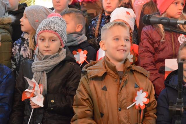 """Koronka za Ojczyznę z udziałem strażaków z Górzycy i Czarnowa, występy przedszkolaków i uczniów, występ zespołu """"Młodzi Duchem"""", koncert znanego w całej Polsce Wyrzyskiego Chóru Męskiego, poświęcenie tablicy upamiętniającej odzyskanie niepodległości oraz pokaz fajerwerków """"Dla Niepodległej"""" - to wszystko dział się w Górzycy w czasie obchodów święta 100 - lecia Niepodległości."""