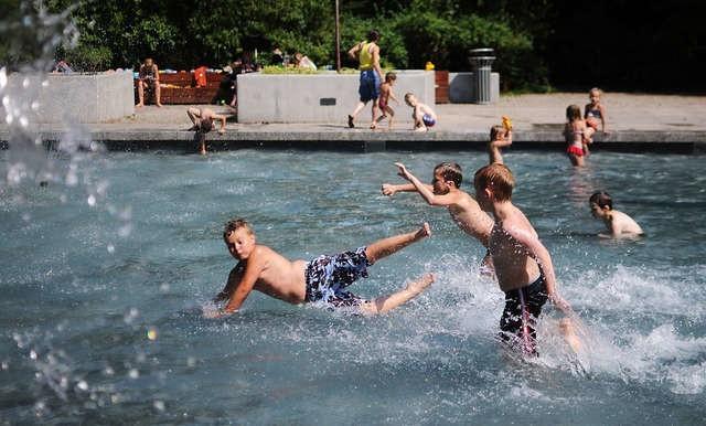 Woda w toruńskich fontannach nie jest badana, więc zażywanie w nich kąpieli jest bardzo niewskazane i ryzykowne