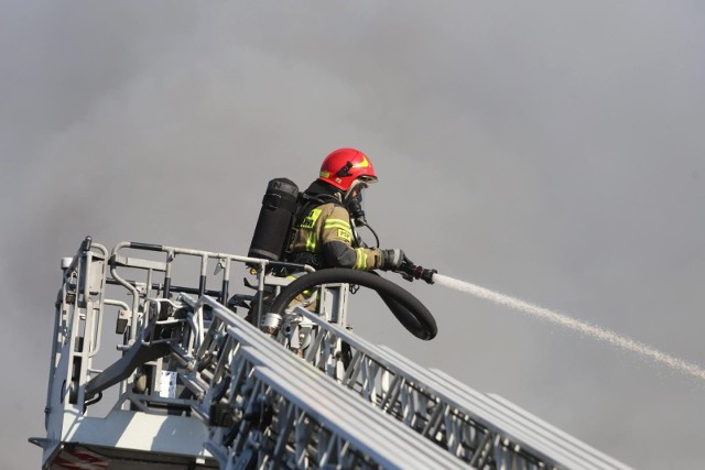 Informację o pożarze strażacy odebrali o 6:53. W budynku mieszkalnym przy ul. Raszyńskiej pojawił się ogień. Interweniowało pięć zastępów straży.