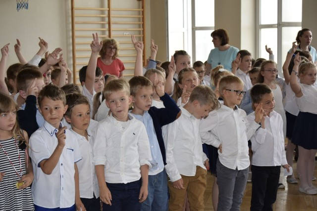 W Szkole Podstawowej nr 5 odbyło się pasowanie uczniów klas pierwszych na czytelników biblioteki. Były wiersze i piosenki oraz odgadywanie postaci z bajek. Na koniec dzieciaki złożyły ślubowanie i otrzymały w prezencie książki i zakładki.