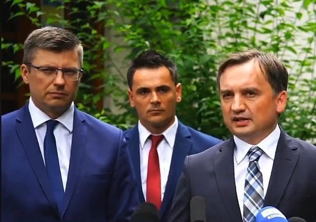 Minister Zbigniew Ziobro (z prawej) i wiceminister Marcin Warchoł (z lewej) krytycznie mówili o słowach komisarz unijnej
