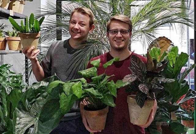 Bartosz i Norbert - przedstawiciele ze sklepu Zarośla, działającego na poznańskich Jeżycach to współorganizatorzy zielonej wystawy w Bałtyku. Bartosz i Norbert to prawdziwi specjaliści od zieleni, którzy doskonale łączą ze sobą wiedzę zdobytą na Medycynie Roślin z ogromną pasją do przyrody. Pytania dotyczące chorób kwiatów oraz ich prawidłowej uprawy to dla nich chleb powszedni.