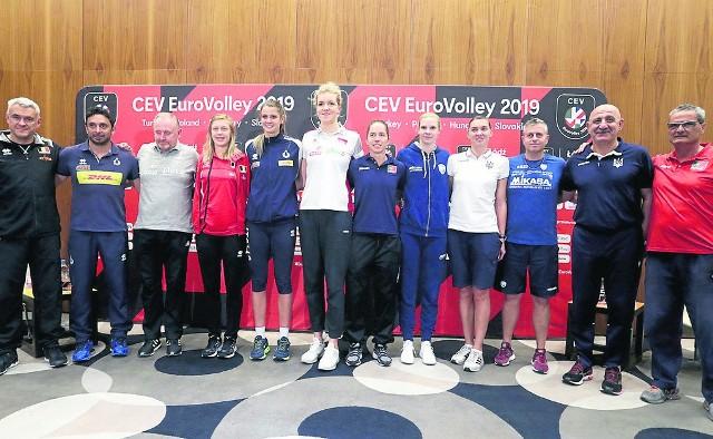 Sześć kapitanek i sześciu trenerów drużyn, które od piątku rywalizować będą w łódzkiej Atlas Arenie
