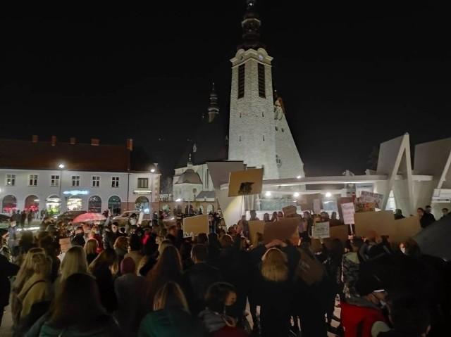 Strajk Kobiet oraz kontrmanifestacja Młodzieży Wszechpolskiej przy limanowskiej bazylice zgromadziła kilkaset osób. 17-latka została ukarana za zorganizowanie Strajku Kobiet