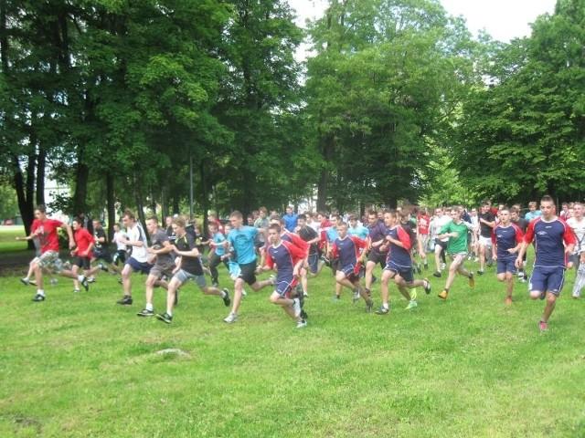 Na zdjęciu: w biegu na 1600 m startują chłopcy z gimnazjów powiatu żarskiego