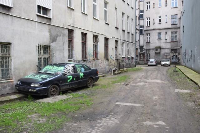Podwórka po obu stronach ul. Probusa czeka remont. To między pl. św. Macieja a Jedności Narodowej ma być przebudowywane jeszcze w tym roku.