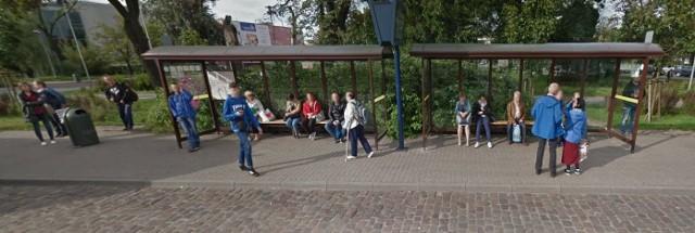 Mimo, że Google Street View automatycznie zamazuje twarze, to i tak jest szansa, że rozpoznacie na ujęciach kogoś ze swoich znajomych. Znacie te osoby?