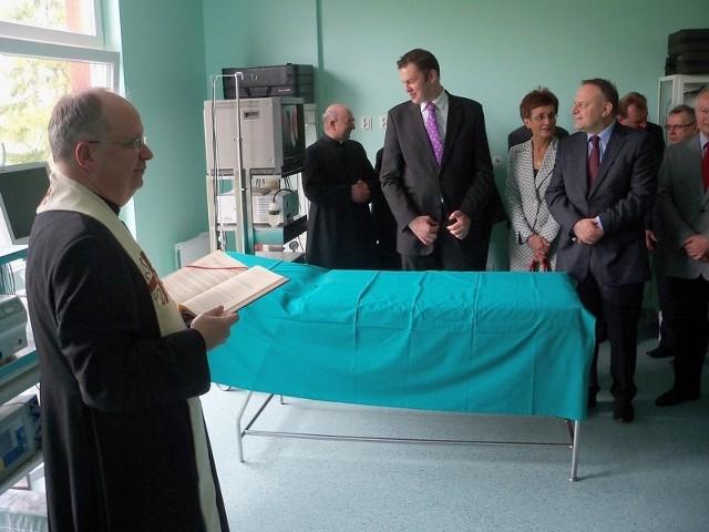 Biskup opolski Andrzej Czaja nie szczędził święconej wody na pokropienie szpitalnych sal i pomieszczeń.