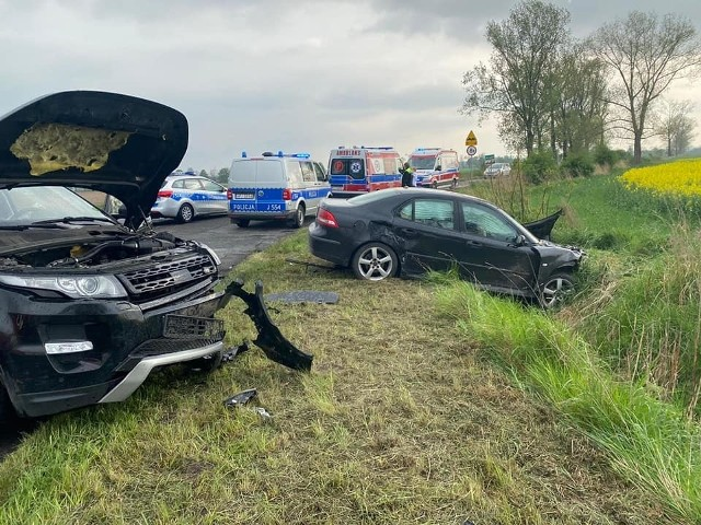 Wypadek w Bukowiu. Zderzenie dwóch samochodów. Podróżowało nimi pięć osób, w tym dzieci