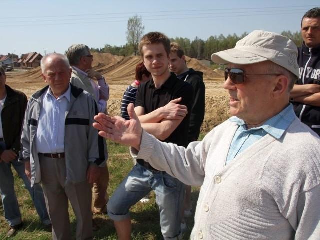 Mamy świadomość, że ta ulica jest potrzebna. Ale sąd uznał nasze racje i budowa w tym wariancie powinna być wstrzymana – mówi Emilian Szutkiewicz (pierwszy z prawej). Przytakują mu inni mieszkańcy ulicy Skrzatów i Rycerskiej.