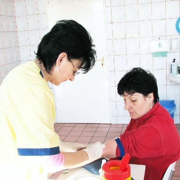 Na zdjęciu Krystyna Kak z Obkasu w rękach  pielęgniarki Doroty Żmudzkiej