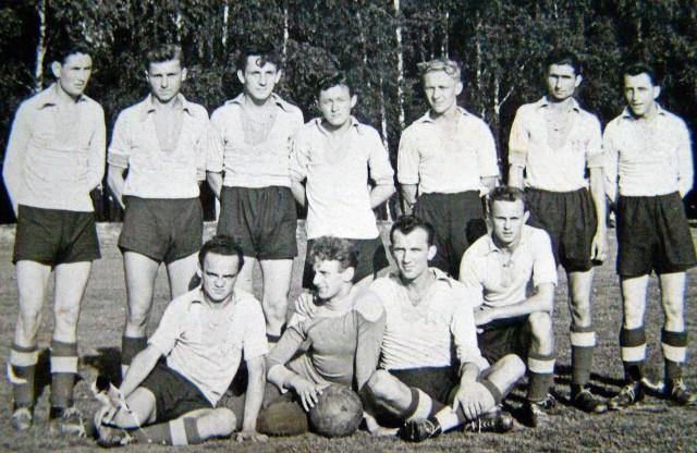 Jerzy Steckiw (z piłką) jako bramkarz Proszowianki. Obok jego najbliższy kolega Włodzimierz Jelonkiewicz