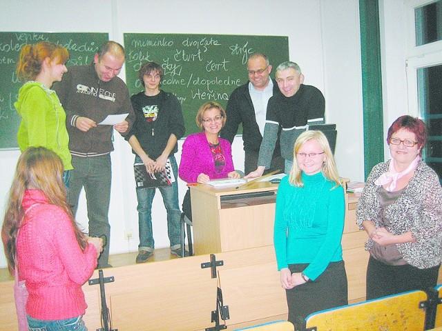 Nyska PWSZ do niedawna kształciła studentów na kierunku slawistyka, lecz zainteresowanie tym kierunkiem zmalało, głównie z powodu braku pracy dla absolwentów. Zainteresowanie samą nauką języka jest jednak duże.