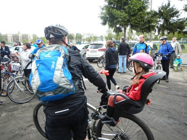 Na rowerze można przewozić dzieci do lat siedmiu. Do 10 roku życia mogą jeździć po chodniku pod opieką dorosłych. Po ukończeniu 10 lat dzieci powinny mieć kartę rowerową