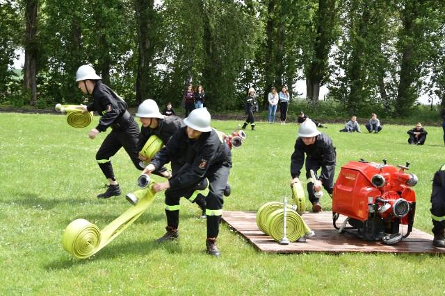 W gminnych zawodach sportowo-pożarniczych,  które rozegrano na stadionie w Kcyni, wzięła udział rekordowa liczba drużyn. Dodatkowo, poza klasyfikacją, wystąpili strażacy z Drzewianowa, którzy niebawem reprezentować będą woj. kujawsko-pomorskie na zawodach ogólnopolskich. W grupie wiekowej 12-15 lat (dziewczęta) na pierwszym miejscu OSP Dziewierzewo. Wśród chłopców na podium reprezentanci OSP Dziewierzewo, OSP Górki Zagajne i OSP Dobieszewo. W kategorii 16-18 lat I  miejsce dla dziewcząt z OSP Kcynia.  Wśród chłopców najlepsze zespoły to: OSP Dziewierzewo i OSP Górki Zagajne.  Najlepsze drużyny kobiece to reprezentantki  OSP Kcynia, OSP Dziewierzewo i OSP Żurawia. W grupie mężczyzn (walczyło 12 zespołów) wygrali druhowie z Górek Zagajnych. Na podium także:  OSP Żurawia i OSP Mieczkowo. Druhowie z Górek Zagajnych spodziewali się chyba zwycięstwa, bo na zawody do Kcyni przyjechali z butelką szampana.