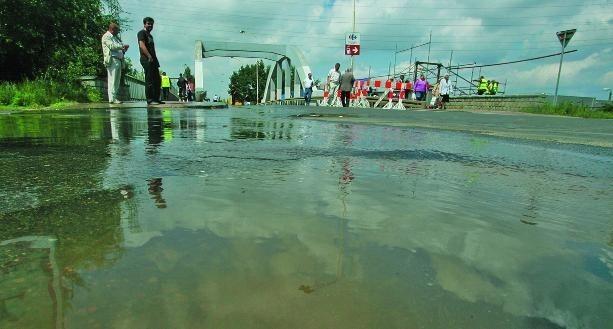 Wyciek wody był tak duży, że na ulicy utworzyło się jeziorko.