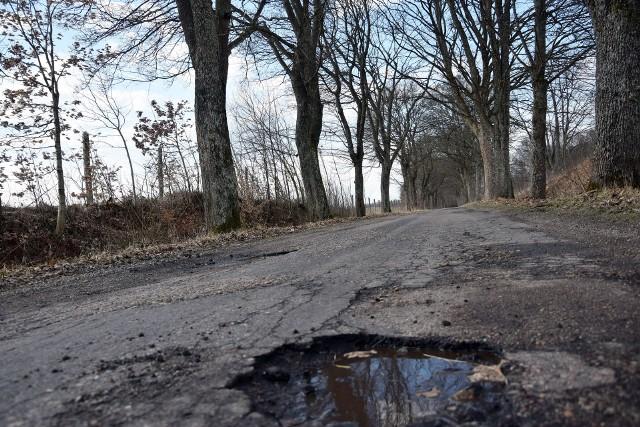 Droga Role - Rozjazd. Mieszkańcy wierzą, że doczekają się jej remontu w 2021 r.